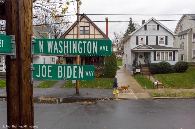 バイデン大統領が幼少期を過ごした家(右)。大統領当選をたたえスクラントン市は、家の前の通りを「ジョー・バイデン通り」と改名 (© Ted Shaffrey/AP Images)