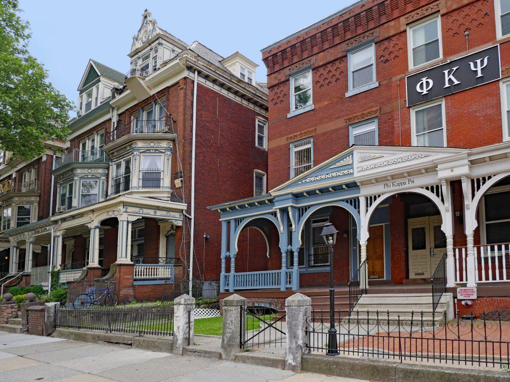 ペンシルベニア大学周辺の住宅地には、フラタニティもしくはソロリティ用に使われているポーチ付きの古い大きな一軒家が多数ある (Spiroview Inc./Shutterstock.com)