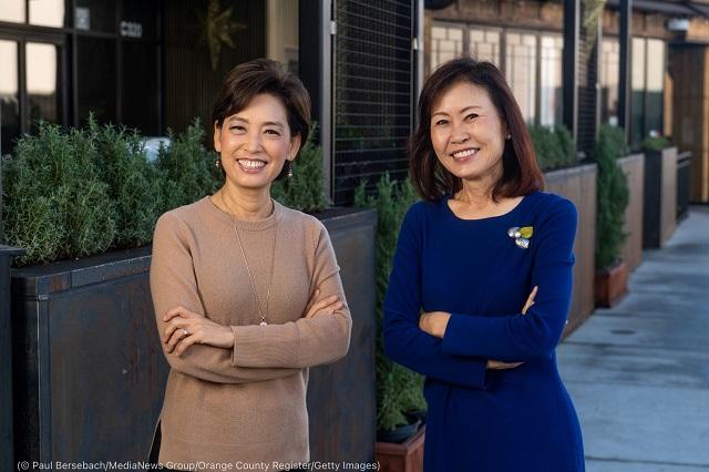 カリフォルニア州下院議員のヨン・キム(左)とミシェル・スティール(共に共和党)。下院議員に選出された初の韓国系アメリカ人3人のうちの2人。もう1人はワシントン州下院議員のマリリン・ストリックランド(民主党) (© Paul Bersebach/MediaNews Group/Orange County Register/Getty Images)