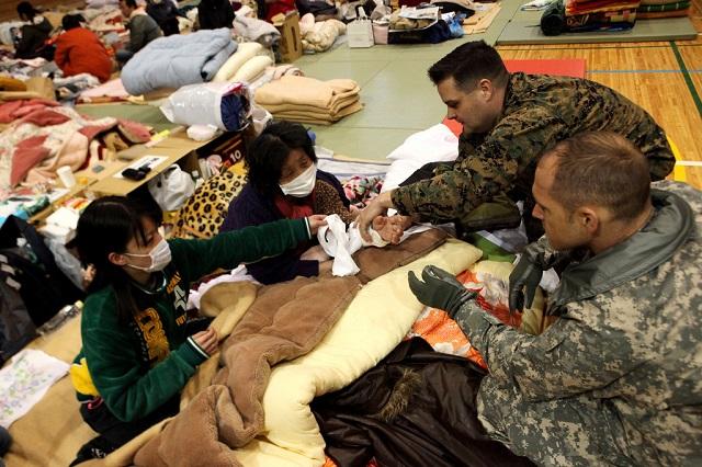 宮城県塩竈市で震災の負傷者を診る米軍医師。2011年3月21日 (Marine Corps photo by Gunnery Sgt. Leo A. Salinas)