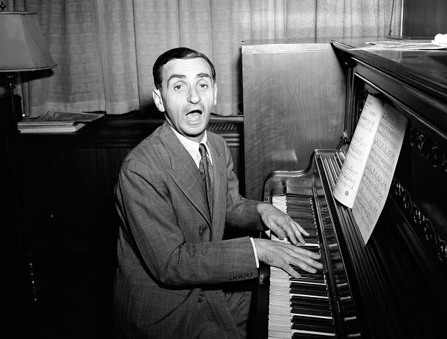 ピアノを演奏するアーヴィング・バーリン (© AP Images)