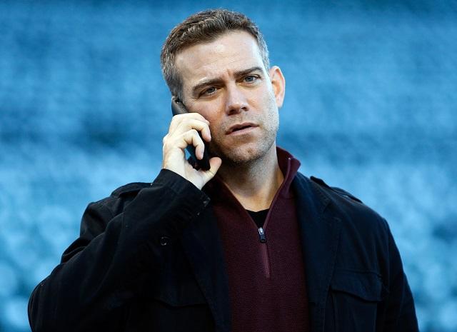 球団の練習中に電話で話すセオ・エプスタイン (© AP Images)