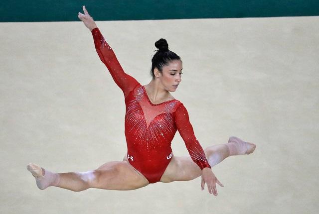 2016年リオデジャネイロ オリンピック。個人総合決勝で演技するアリー・レイズマン (© AP Images)