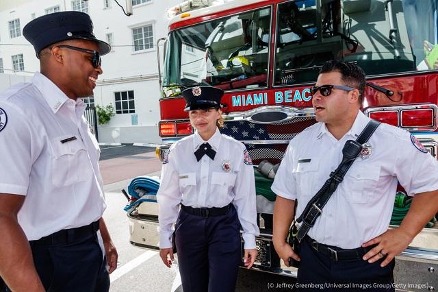 復員軍人の日のパレードに参加するマイアミビーチ消防署の女性消防士 (© Jeffrey Greenberg/Universal Images Group/Getty Images)