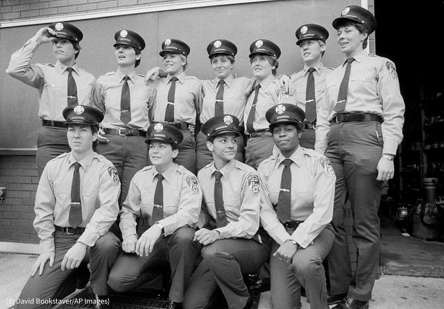 1982年11月5日、103人の男性とともに消防学校を卒業し、ニューヨーク市消防局に入った女性消防士たち (© David Bookstaver/AP Images)