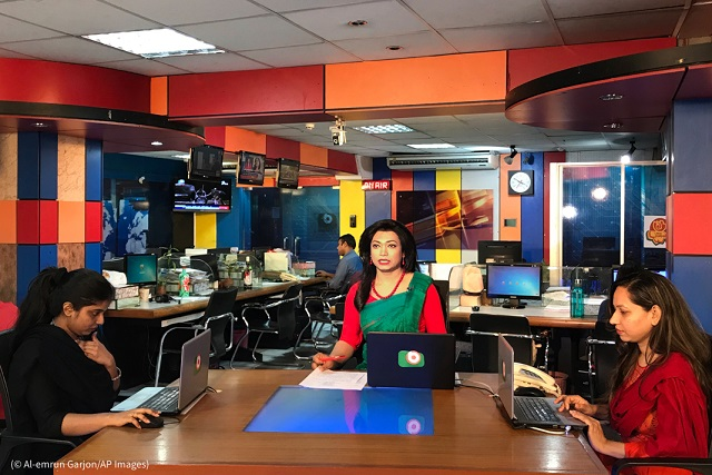3月9日、ニュース速報を伝えるタスヌア・アナン・ヒルさん。バングラデシュ初のトランスジェンダーのニュースキャスター (© Al-emrun Garjon/AP Images)