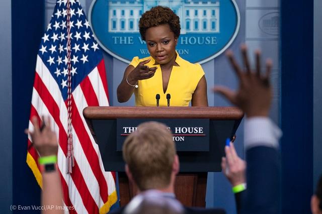 5月26日、ホワイトハウスのプレスブリーフィングで発言するカリーヌ・ジャン=ピエール首席副報道官 (© Evan Vucci/AP Images)
