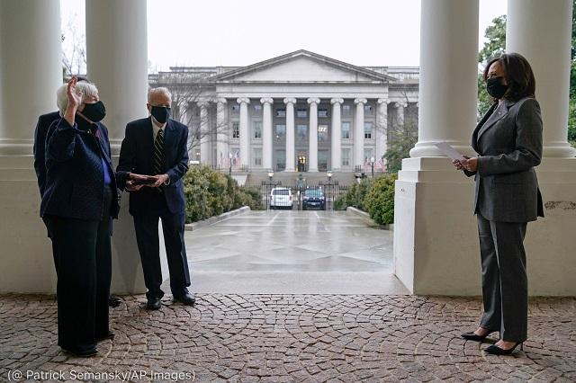 イエレン財務長官の宣誓式に出席したハリス副大統領。1月26日、ワシントン (© Patrick Semansky/AP Images)