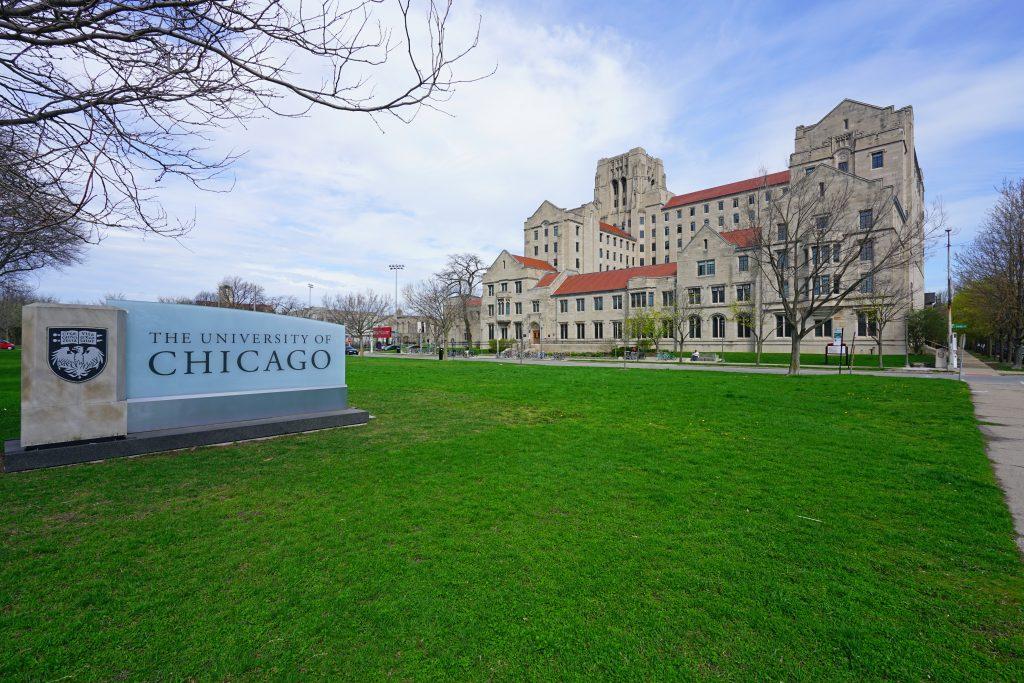 シカゴ大学のキャンパス。ゴシック様式の建物が見える (EQRoy/Shutterstock.com)