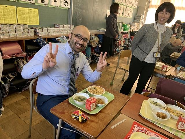 学校訪問では給食にも挑戦
