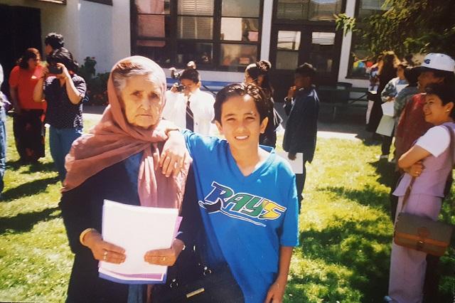カリフォルニア移住後のザファール。祖母とともに