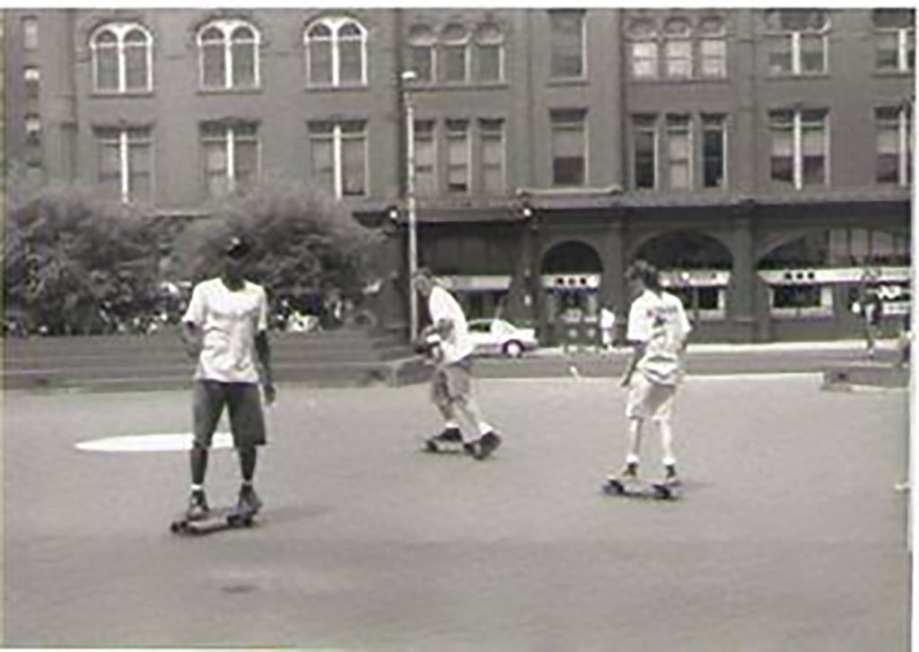 ネフタリー・ウィリアムズ(左端)は10代でスケートボードを始めた。マサチューセッツ州スプリングフィールドにて