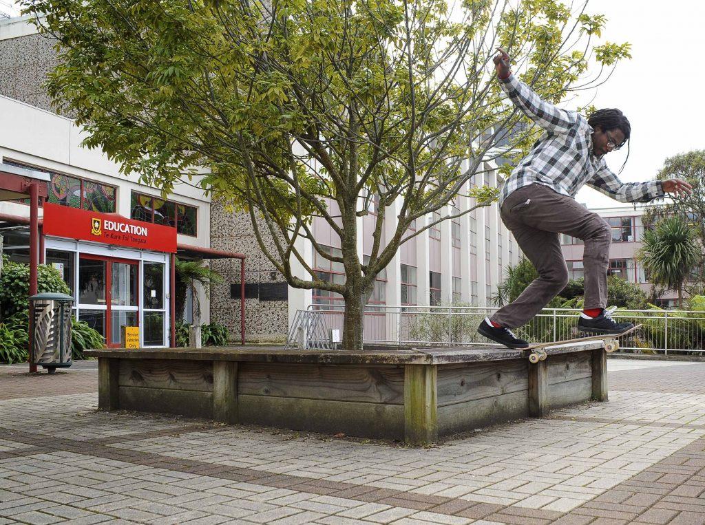スケートボードの技を実演するウィリアムズ (Photo by Rachele Honcharik)