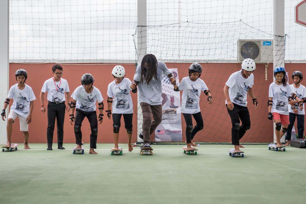 国務省のスポーツ外交プログラムで、カンボジアの若いスケートボーダーに指導を行うウィリアムズ