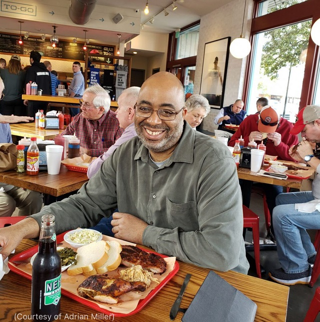 サウスカロライナ州チャールストンにある「ロドニー・スコット・ホール・ホッグ・バーベキュー」で食事を楽しむ「ブラック・スモーク」の著者エイドリアン・ミラー (Courtesy of Adrian Miller)