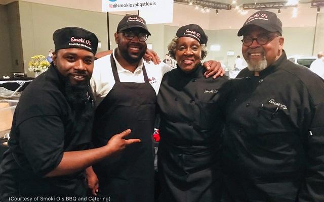 笑顔を見せるセントルイスの「スモーキ・オーズ・バーベキュー・アンド・ケータリング」のオーナー、アーリンとオーティス・ウォーカー夫妻(右)、スタッフのセドリック・ウィリアムズ(左)とアンティオン・グレイ(左から2番目)(Courtesy of Smoki O's BBQ and Catering)