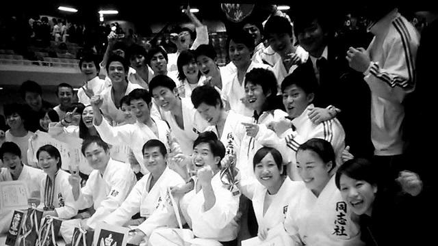 同志社大学4回生の國米櫻(右下)。全日本大学空手道選手権大会(東京・武道館)で女子団体形の部2位を獲得