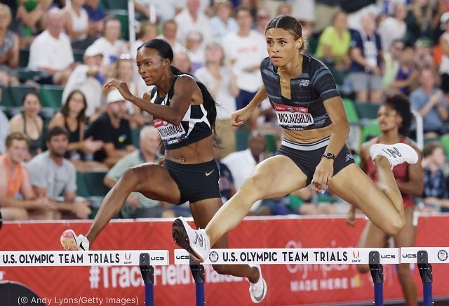全米代表選考会で競うダリラ・ムハンマド(左)とシドニー・マクラフリン。2021年6月27日 (© Andy Lyons/Getty Images)