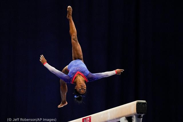 オリンピック代表選考会で平均台の演技を行うシモーネ・バイルズ (© Jeff Roberson/AP Images)
