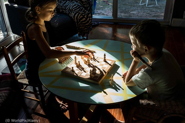 2020年12月、家でチェスをする子どもたち (© WorldPix/Alamy)