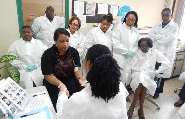 米国大統領エイズ救済緊急計画(PEPFAR)を通じてHIV迅速検査のトレーニングを受けるジャマイカの検査機関スタッフ (CDC)