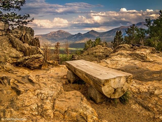 コロラド州ロッキーマウンテン国立公園内のベンチ (© CVM/Shutterstock)