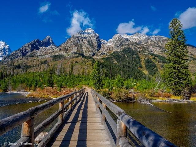 グランドティトン国立公園の歩行者専用橋 (© Sompol/Shutterstock)