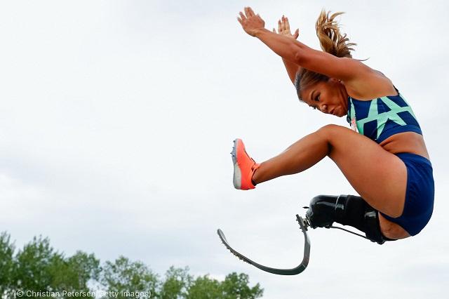 ミネアポリスで開催されたパラリンピック予選大会。走り幅跳びに挑むバセット (© Christian Petersen/Getty Images)