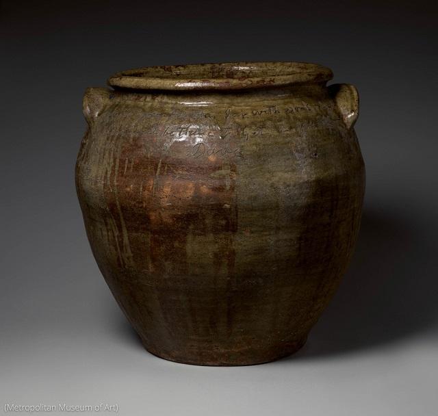 奴隷出身のアフリカ系アメリカ人陶芸家兼詩人のデービッド・ドレイクの作品。高い技術力と語学力を示している (Metropolitan Museum of Art)