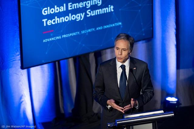 7月13日に開催された国家安全保障人工知能委員会(NSCAI)グローバル新興技術サミットで講演を行うブリンケン国務長官 (© Jim Watson/AP Images)