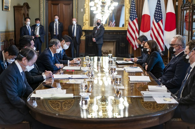菅義偉首相とホワイトハウスで会談を行う。2021年4月16日 (Official White House Photo by Lawrence Jackson)