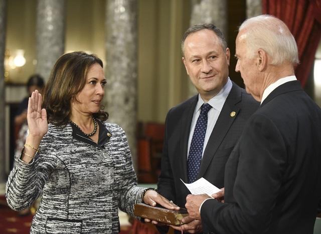 2017年からはカリフォルニア州選出の上院議員を務めた。夫のダグラス・エムホフと共に就任宣誓に臨む。右はバイデン副大統領。2017年1月3日 (AP Photo/Kevin Wolf)