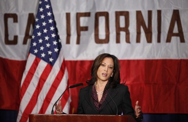 カリフォルニア州司法長官として初会議に臨む。2010年11月30日 (AP Photo/Damian Dovarganes)