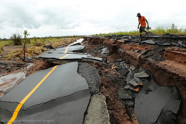 2019年3月22日に撮影されたモザンビーク・ニャマタンダ。サイクロン・イダイにより道路が崩落した。海水気温の上昇により、サイクロンの勢力が増した (© Tsvangirayi Mukwazhi/AP Images)
