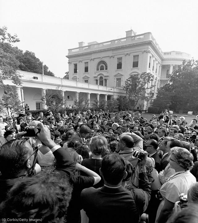 フルブライト交流プログラムに参加する教師たちと話すケネディ大統領は、プログラムを「創造的かつ建設的な政治的手腕」と評した (© Corbis/Getty Images)