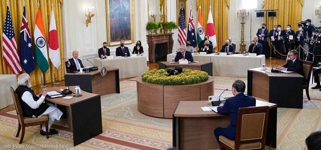 9月24日にホワイトハウスで開催された初の対面方式によるクアッド・サミット。インドのナレンドラ・モディ首相、オーストラリアのスコット・モリソン首相、アントニー・ブリンケン国務長官、日本の菅義偉首相が参加 (© Evan Vucci/AP Images)